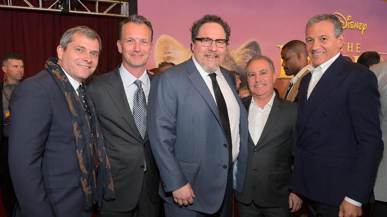 Jon Faverau berdiri di tengah bersama beberapa aktor ternama lainnya hadir dalam acara premiere film The Lion King.