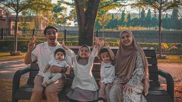 8 Potret Kelucuan Ketiga Anak Ricky Harun yang Menggemaskan