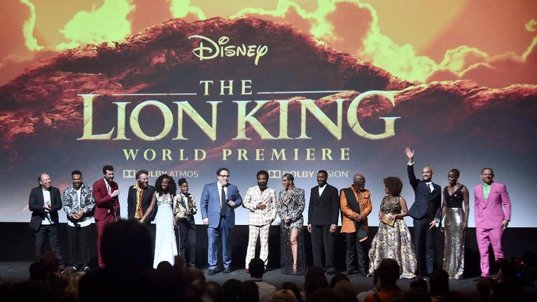 Seluruh pemain film The Lion King berkumpul di depan layar bioskop dan berterima kasih kepada para penonton yang menyaksikan film The Lion King.