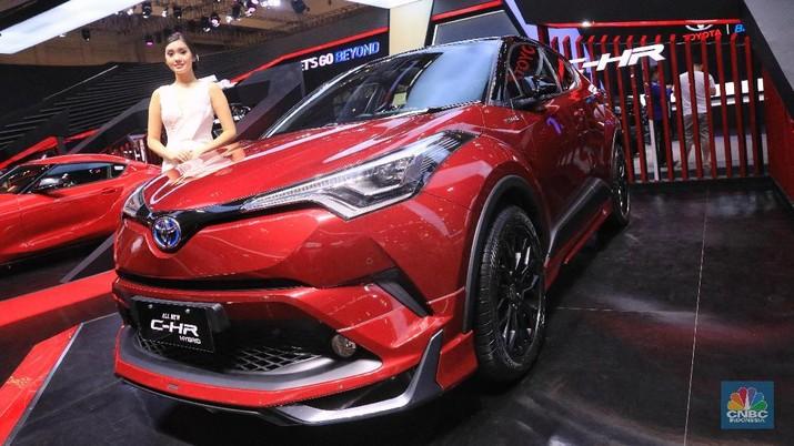 Selain Prius, Toyota juga memamerkan C-HR Hybrid yang menggunakan mesin ZR-FXE dengan power 100 ps yang dikombinasi motor listrik dengan power 36 ps. Toyota C-HR Hybrid ini dilepas dengan harga yang cukup kompetitif, yaitu Rp523 juta. (CNBC Indonesia/Andrean Kristianto)
