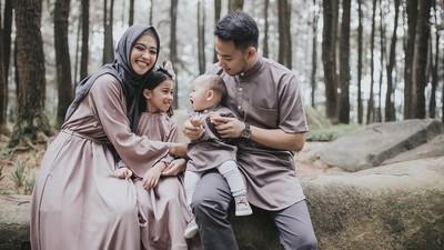 Jarang Terekspose, 7 Potret Bahagia Keluarga Kecil Poppy Bunga