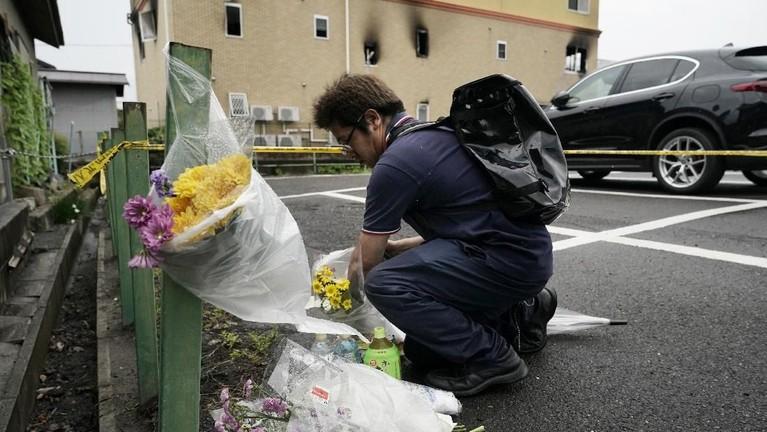 Banyak warga yang menaruh bunga di tepian jalan dekat lokasi kebakaran terjadi.