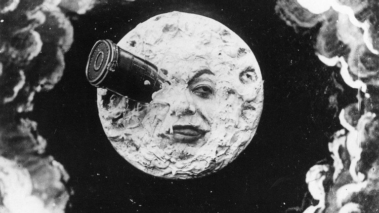A Trip to the Moon (1902). Film bisu yang diproduksi dari Prancis ini disutradarai oleh Georges Méliès. Film ini mengisahkan tentang astronom yang pergi ke bulan dalam sebuah kapsul.