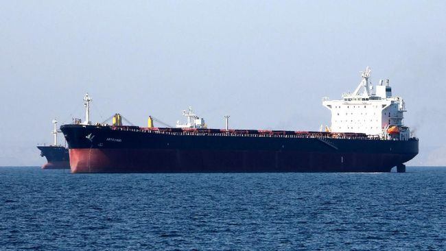 (FILES) In this file photo taken on April 30, 2019, an oil tanker is pictured off the Iranian port city of Bandar Abbas, which is the main base of the Islamic republic's navy and has a strategic position on the Strait of Hormuzon. - Iran's Revolutionary Guards said Thursday they had detained a