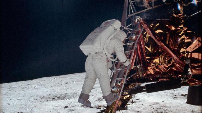 Misi Apollo 11 yang berhasil mendaratkan manusia ke Bulan merupakan supremasi AS dari adu tanding misi ke ruang angkasa dengan Uni Soviet di era Perang Dingin.