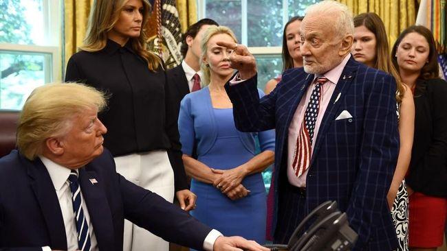 Presiden AS Donald Trump menyambut anggota awak Apollo 11 Buzz Aldrin dan Michael Collins ke Gedung Putih pada Jumat (19/7).