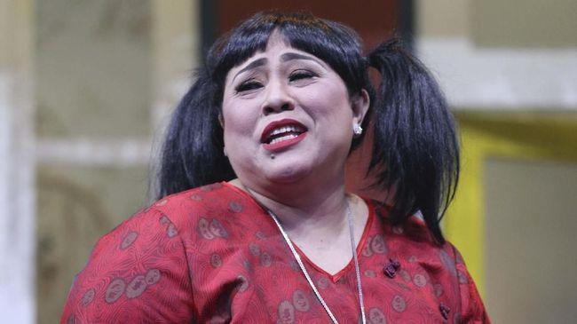 Polisi menyebut Nunung memesan sabu lewat ponsel dan selalu diantar oleh tersangka TB ke rumahnya di Tebet dengan modus mengantar perhiasan yang dipesan Nunung.