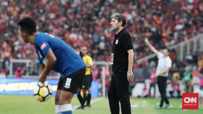 Persija Jakarta resmi memecat Julio Banuelos dari kursi pelatih usai menelan kekalahan 0-1 dari Bali United pada lanjutan Liga 1 2019, Kamis (19/9).