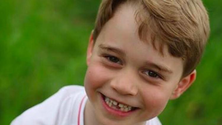 Genap berusia enam tahun, Istana Kensington unggah foto Pangeran George yang pamerkan gigi ompongnya. Menggemaskan!