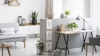 Bagi Bunda suka memanfaatkan space rumah yang dianggap terlalu kosong, bisa dicoba nih bikin workspace dekat ruang keluarga. Jadi selagi kerja, Bunda bisa awasi anak-anak juga. (Foto: iStock)