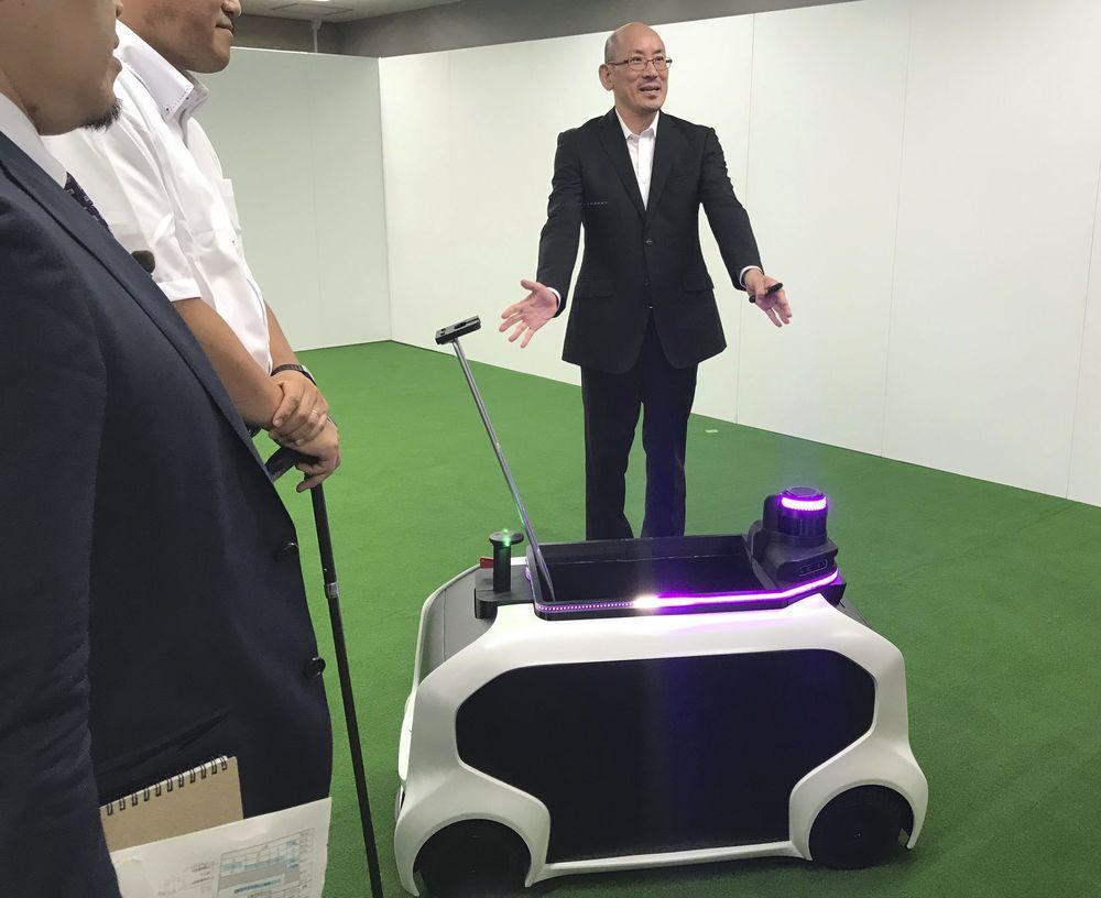 Sementara ada pula robot-robot yang diluncurkan Toyota, yang bertujuan sebagai aspek pendukung di lapangan, antara lain R2-D2 untuk membantu orang sakit dan orang tua, dan mengambil benda-benda seperti lembing dan cakram di arena Olimpiade.(AP Photo/Yuri Kageyama)