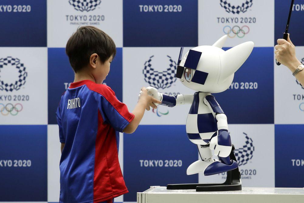 Pembuat mobil Jepang, Toyota Motor Corp, sponsor utama Olimpiade, sedang menyiapkan berbagai robot untuk Olimpiade Tokyo tahun depan. Robot-robot itu ditunjukkan kepada wartawan untuk dirilis hari Senin (22/07).(AP Photo/Jae C. Hong)