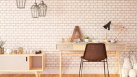 Penggunaan warna yang monokrom dan senada baik tembok maupun perabot, bikin enggak terlihat berantakan walau banyak barang yang Bunda letakkan di meja kerja. (Foto: iStock)