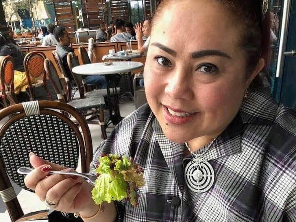 Sebelum Kasus Narkoba, Ini Momen Kulineran Nunung yang Doyan Salad