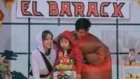 <p>Waktunya tiup lilin! El Barack didampingi sang mama dan calon papa baru, Richard Kyle. Mereka berdua juga pakai kostum lho! (Foto: Instagram @inijedar)</p>