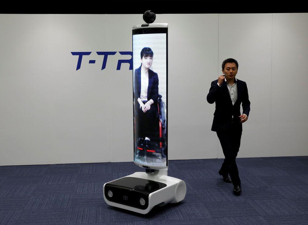 Robot lainnya ialah T-TR1 yang tampilannya seukuran manusia yang dirancang untuk mewakili orang yang tidak bisa berada di sana. Bahkan atlet legendaris yang tidak bisa hadir, bisa dihadirkan secara virtual melalui robot tersebut. (REUTERS/Issei Kato)