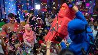 <p>Wah, Ninja Go jadi rebutan anak-anak. Ayo, siapa cepat dia yang dapat. He-he-he. (Foto: Instagram @inijedar)</p>