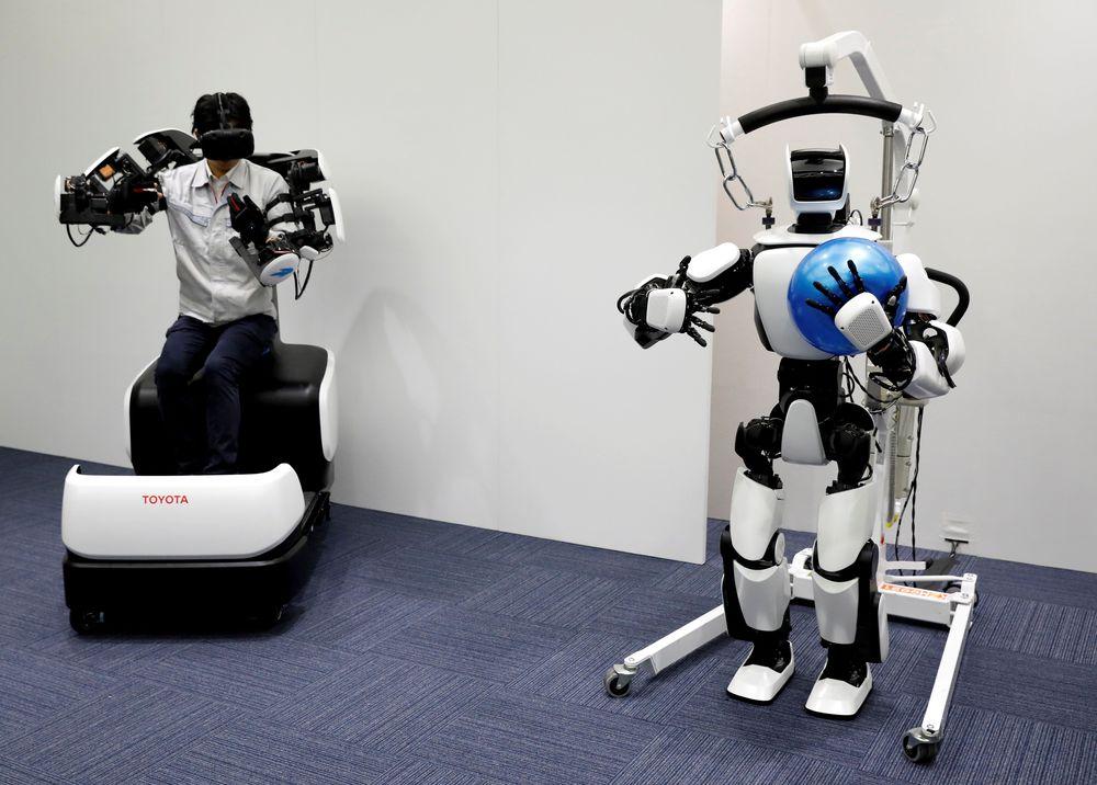 Lalu, T-HR3, robot yang mampu menyesuaikan sudut untuk melempar bola basket secara akurat, baru-baru ini terdaftar di Guinness World Records untuk membuat olimpiade 2020 lemparan tanpa kehilangan bola. (REUTERS/Issei Kato)