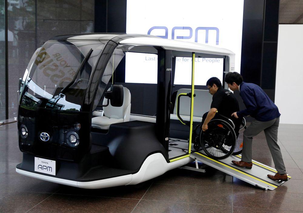 Seorang karyawan Toyota Motor Corp. mendemonstrasikan APM (Access People Mover), kendaraan mobilitas yang dirancang khusus untuk digunakan di Olimpiade 2020 dan Olimpiade Paralimpiade. (REUTERS/Issei Kato)