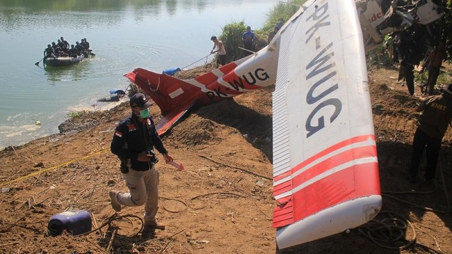 Pesawat latih jenis Cessna jatuh di Sungai Cimanuk Kabupaten Indramayu, Jawa Barat, Senin (22/7). Satu dari dua awak pesawat meninggal dunia.