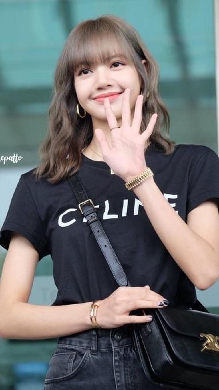 Lisa terlihat cantik dengan kaus hitam, tas dan celana hitam saat pergi ke Paris Men's Fashion Week 21 Juni 2019 kemarin.