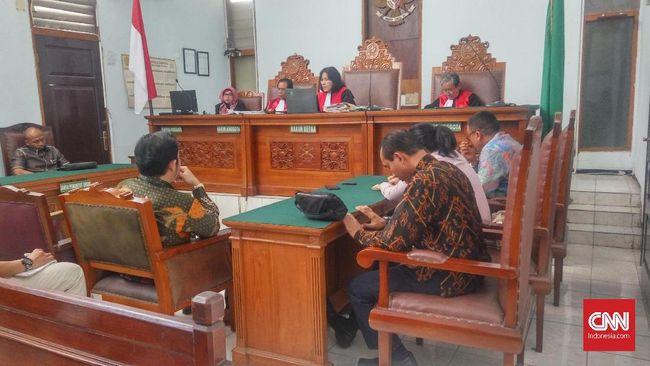 Hakim Pengadilan Negeri Jakarta Selatan dalam putusan selanya menyatakan menolak gugatan penutupan JIS secara permanen yang diajukan korban pelecehan seksual.