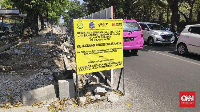 Sebagai salah satu perwujudan dari Ingub pengendalian kualitas udara, Dinas Bina Marga DKI menganggarkan Rp1,375 miliar untuk membenahi trotoar total panjang