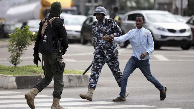 Ratusan jihadis ISIS menyerang markas militer Nigeria pada Selasa (10/12) hingga menewaskan 71 orang tentara.