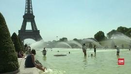 VIDEO: Panas Ekstrem, Turis Berendam di Kolam Menara Eiffel