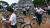 Anak-anak Myanmar kembali berseri. Mereka mendapatkan sebuah sepeda untuk dipakai pergi ke sekolah. Mereka tak perlu lagi jalan kaki.