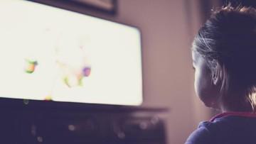 Pentingnya Orang Tua Mendampingi Anak Saat Nonton TV