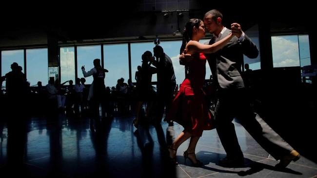 Tari Tango, gelombang panas di Eropa, kisah para pencari suaka serta aksi perenang indah jadi foto-foto pilihan CNNIndonesia.com pekan ini.