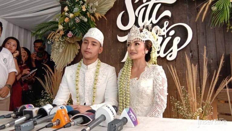 Krisjiana Baharuddin menikahi Siti Badriah dengan mas kawin logam mulia seberat 20 gram. Pasangan ini tersenyum bahagia dna terharu usai dinyatakan resmi menjadi suami istri.