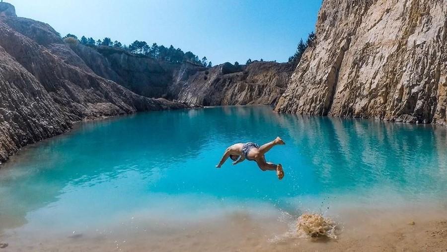 Bahaya Tersembunyi di Balik Indahnya Danau Biru di Spanyol