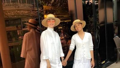 6 Potret Kompaknya Gaya Busana Okky Asokawati dan Putri Tercinta