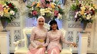 <p>Saat menghadiri pernikahan sang keponakan, Okky Asokawati dan putrinya, Queentadira, juga kompak memakai seragam yang sama. Keduanya memilih atasan <em>peplum</em> dengan motif floral. Cantik ya, Bun (Foto: Instagram @okkyasokawati)</p>