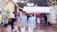 <p>Nah kalau yang ini masih edisi menemani anak liburan. Okky Asokawati dan putrinya, Queentadira, memilih tampilan kasual dengan celana putih dan atasan motif garis. Tak lupa keduanya kompak mengenakan sneakers. (Foto: Instagram @okkyasokawati)</p>