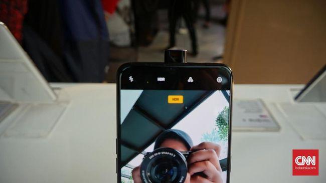 Demam kamera pop-up 'mendadak' digandrungi di pasaran. Berbagai vendor ponsel pintar mengeluarkan ponsel dengan kamera pop-up dan menghilangkan notch di layar.
