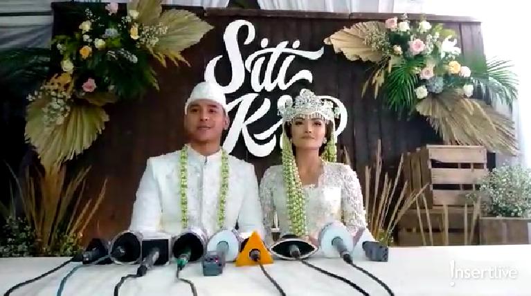 Senyum bahagia Siti Badriah dan Krisjiana Badriah setelah resmi menjadi suami istri. Mereka pun berbagi cerita bahagia setelah menggelar akad nikah kepada para awak media.