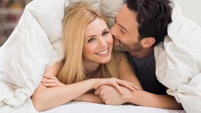 Posisi Seks Yab Yum yang Menarik Ayah & Bunda Coba