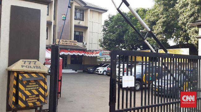 Masyarakat masih mendatangi Polsek Cimanggis untuk mengurus keperluan mereka, namun wartawan yang hendak meliput tak diperbolehkan memasuki kantor Polsek.