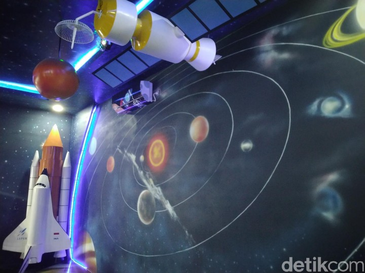 Ruang bertema galaksi di Perpustakaan Daerah Kabupaten Ciamis ini bikin anak-anak betah, Bun. Intip yuk!