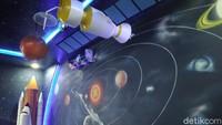 Hiasan lampu neon, pesawat ulang alik, gambar planet, dan bintang membuat pengunjung seolah-olah sedang berada di antariksa. Foto: Dadang Hermansyah/detikcom