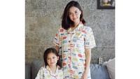 Nana dan Sarah kerap tampil kompak dengan memakai baju yang seragam. (Foto: Instagram @nanamirdad_)