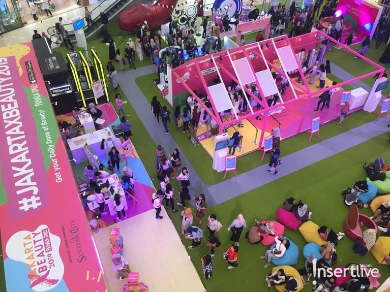 Para pengunjung terlihat memadati area Playground yang berisi berbagai aktivitas seperti talkshow dan juga games.