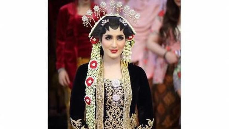 Setelahnya Tania juga menggunakan paes khas pengantin Jawa untuk menyapa tamu.