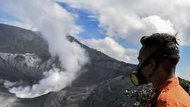 FOTO: 'Selimut Abu' Pascaerupsi Gunung Tangkuban Parahu