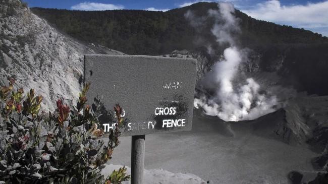 Pasca-erupsi pada Jumat (26/7), kawasan wisata Gunung Tangkuban Parahu tertutup oleh abu vulkanik.