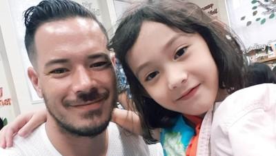 Jarang Terekspose, 8 Momen Kedekatan Zack Lee dan Putrinya