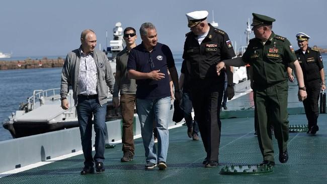 Presiden Rusia, Vladimir Putin, mengunjungi bangkai kapal selam ShCh-308 'Syomga' yang tenggelam terkena ranjau saat Perang Dunia II.